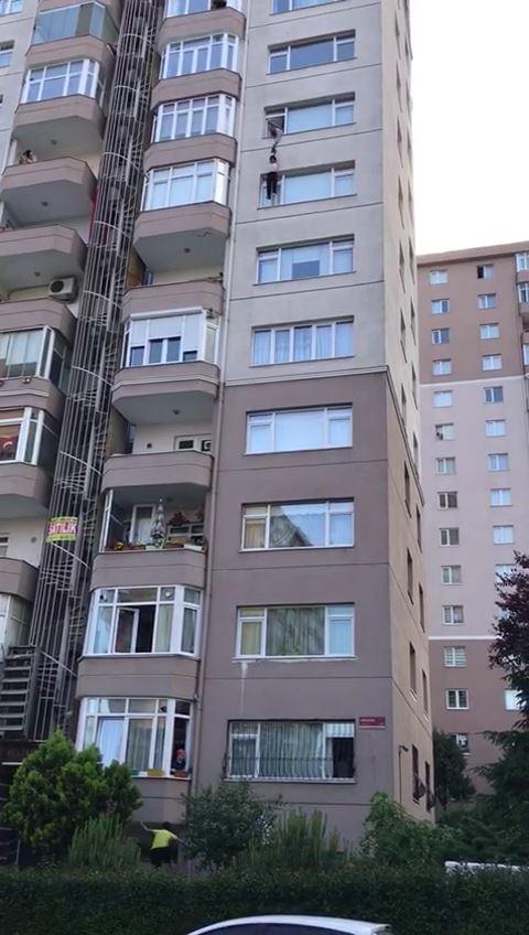Camdan atlayan kadını eşi durduramadı