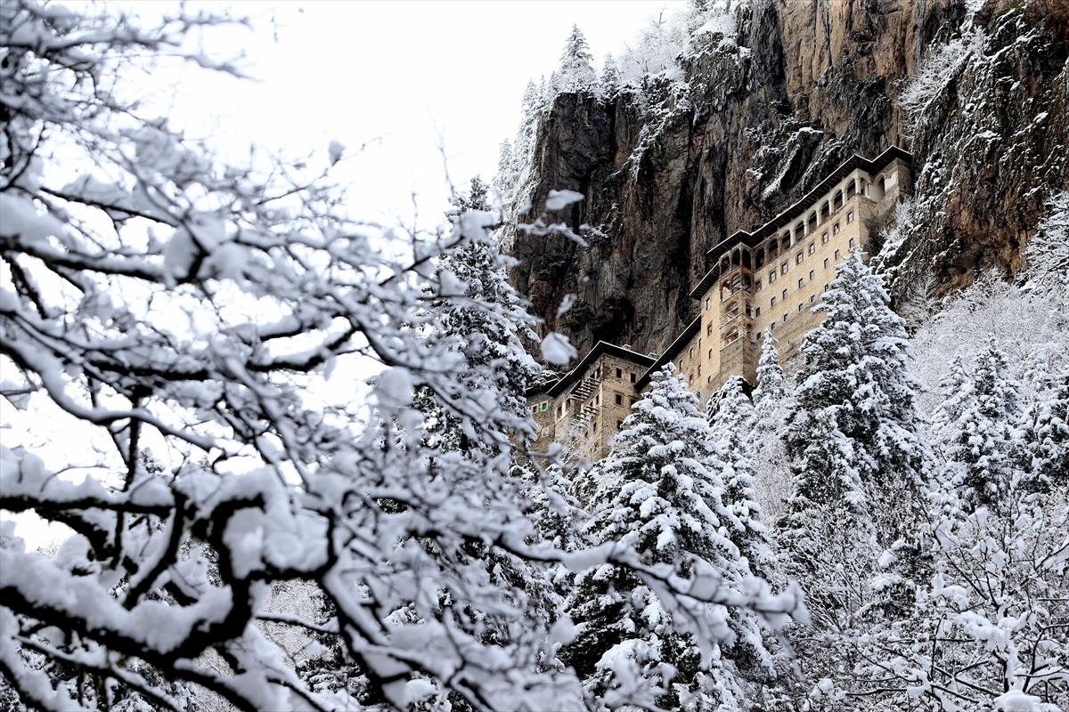 Sümela Manastırı beyaza büründü