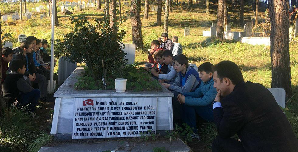 Arsinli Öğrenciler Şehit Fahrettin Sarı'nın Kabrini Ziyaret Ettiler