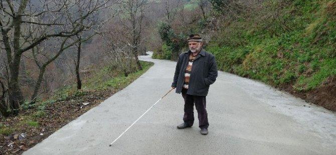 Görme engelli yaşlı adamın yol sevinci