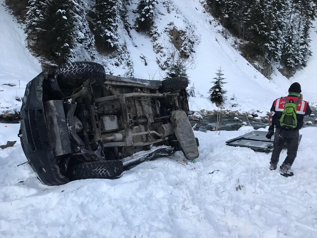 Rize'de kamyonet dereye yuvarlandı: 4 yaralı
