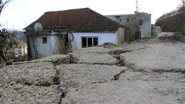 Arsin'de bu mahalle 1 yıldır kayıyor!