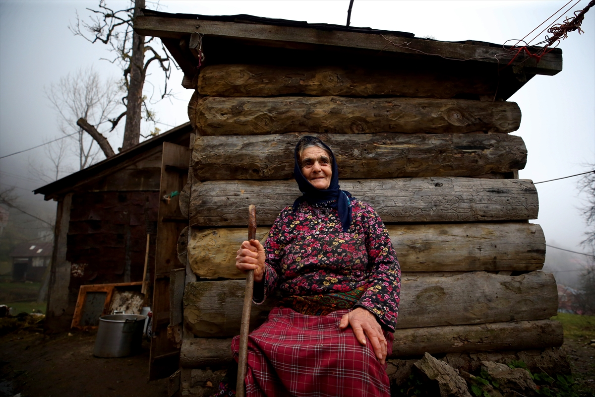 """Trabzon'un """"gönülleri yaşlanmayan"""" nine ve dedeleri"""