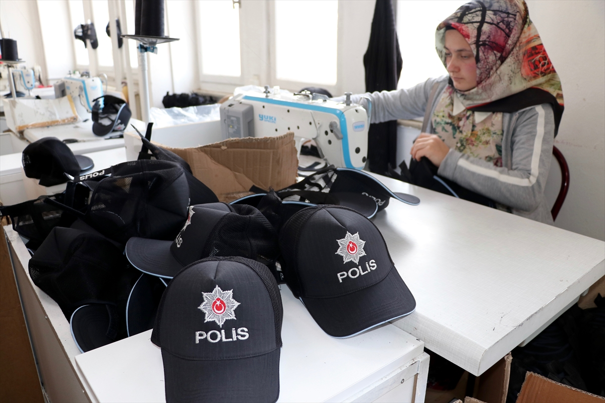 Polislerin yeni şapkaları Trabzon'dan
