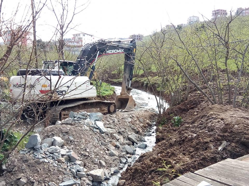 Arsin Yeşilyalı'da Dere Islahı Devam Ediyor