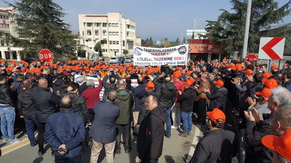 Karayolları işçileri, Trabzon'da iş bıraktı.