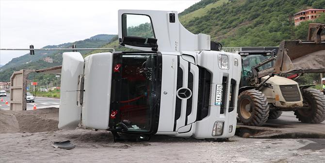 Trabzon'da devrilen tır yolu kapattı