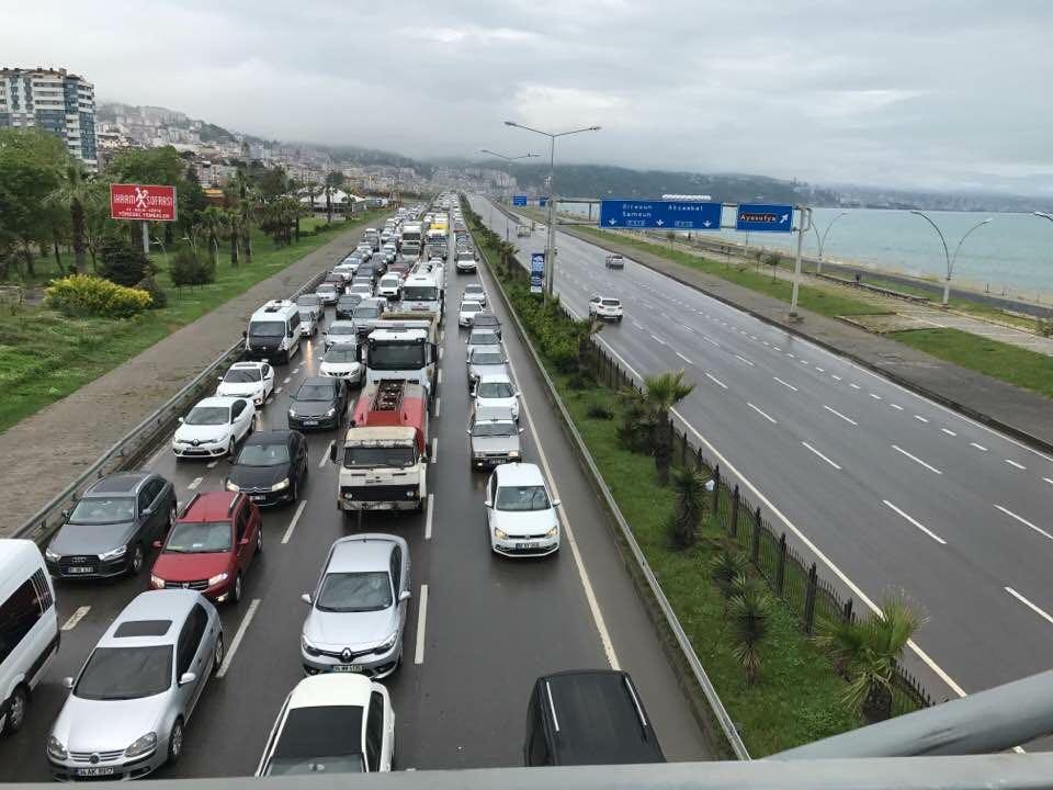 Trabzon'da okullar açıldı trafik kilitlendi
