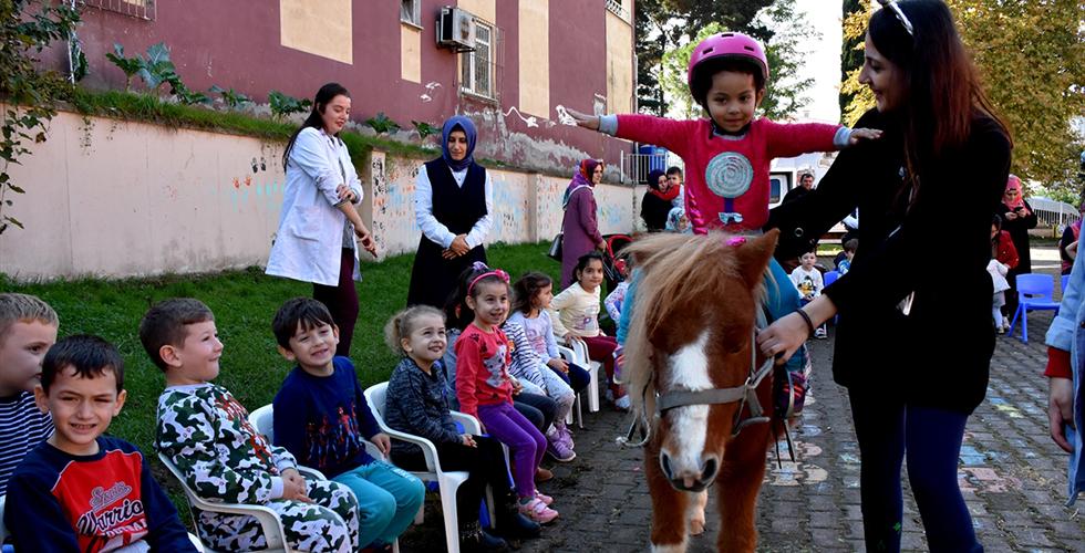 Arsin'de okulları gezip çocuklara at sevgisi aşılıyorlar