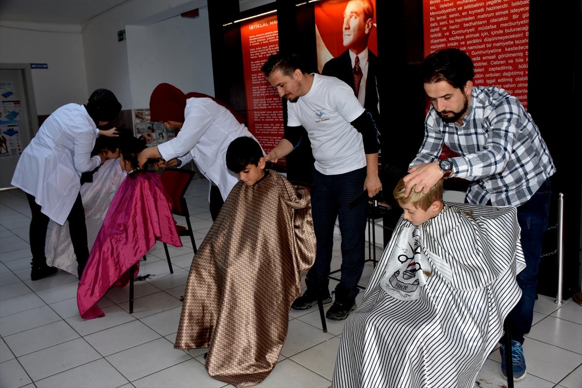 Arsin'de ihtiyaç sahibi öğrencilere gönüllü kuaförlük yapıyorlar