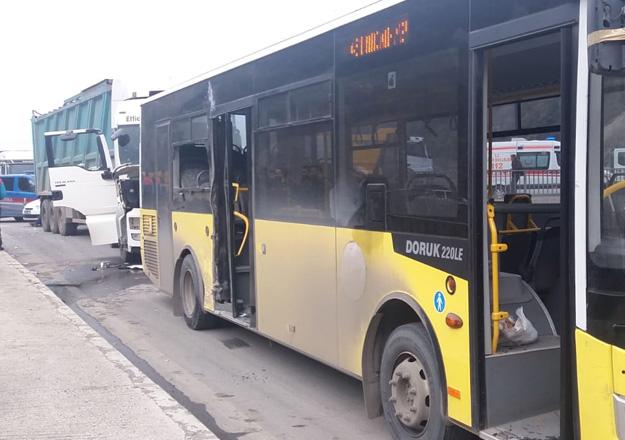 Trabzon'da kamyon Belediye otobüsüne çarptı! 8 yaralı