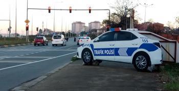 Arsin'e kazaları önlemek için 'maket polis arabası' koyuldu