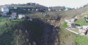 Arsin'de heyelanlı mahalle bakın nasıl kurtulacak?