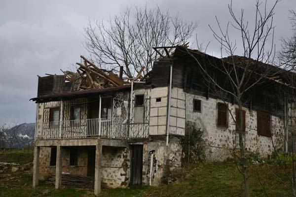 Trabzon'da fırtına yıktı geçti