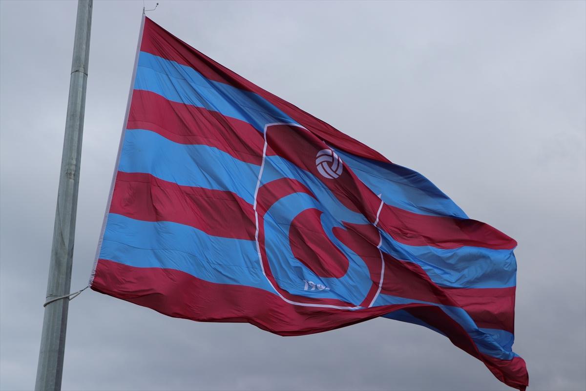 Trabzon'da, dev Trabzonspor bayrağı asıldı