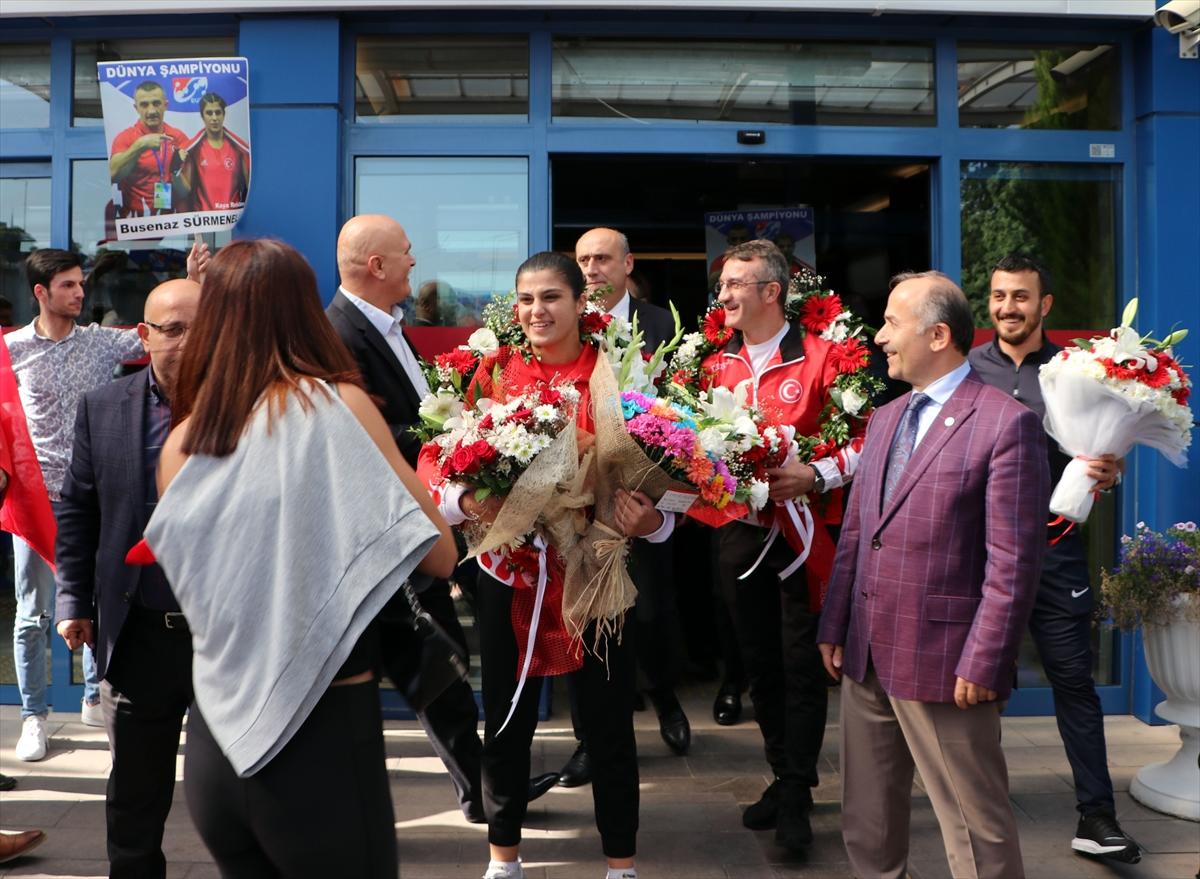 Dünya şampiyonu boksör Busenaz Sürmeneli, memleketinde coşkuyla karşılandı