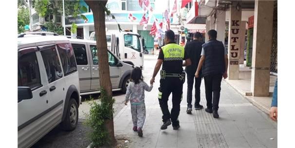 Kaybolan çocuğa polis şefkati