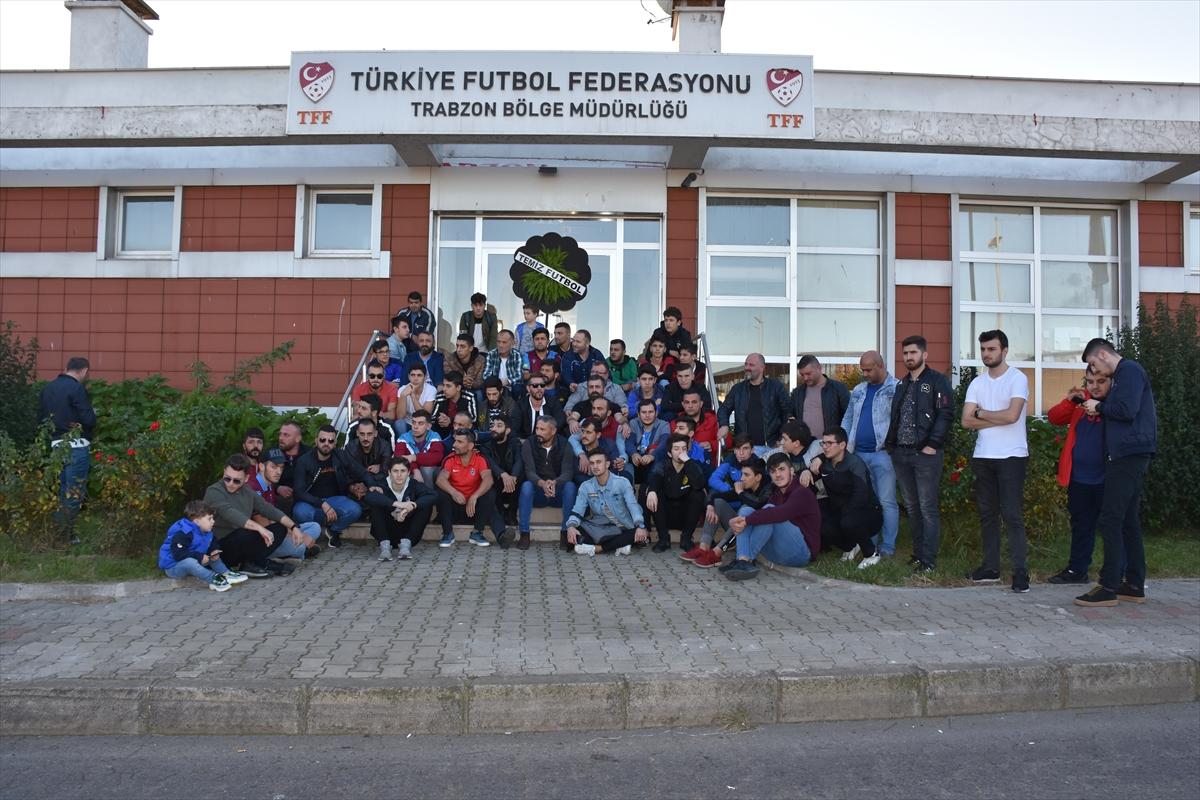"Trabzonspor taraftarlarından hakemlere ""sessiz"" protesto"