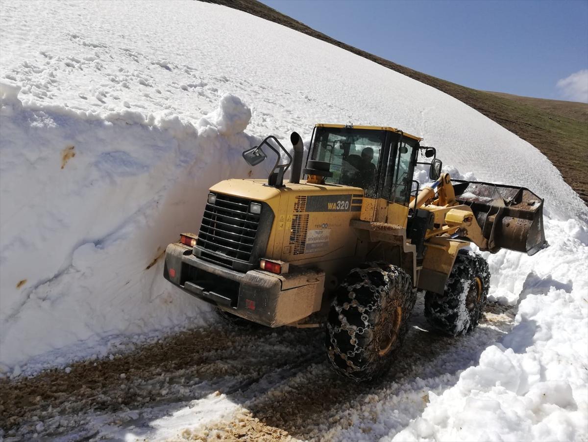 Trabzon'da 18 yayla yolunda karla mücadele çalışması yapılıyor