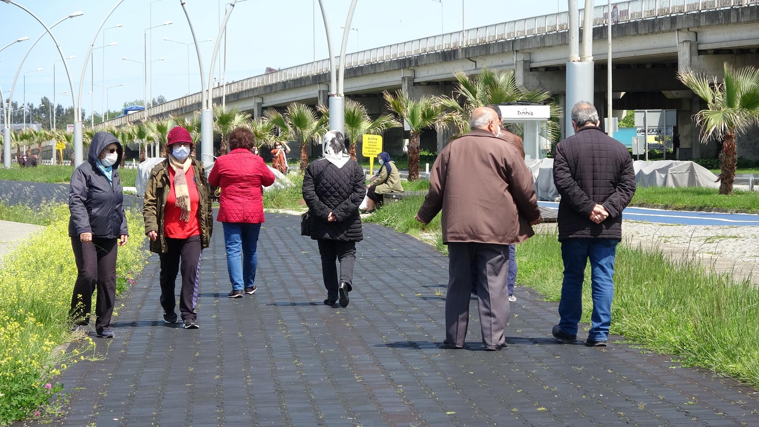 Trabzon'da 65 yaş ve üstü yaşlılar yürüyüşün yasak olduğu sahile akın etti