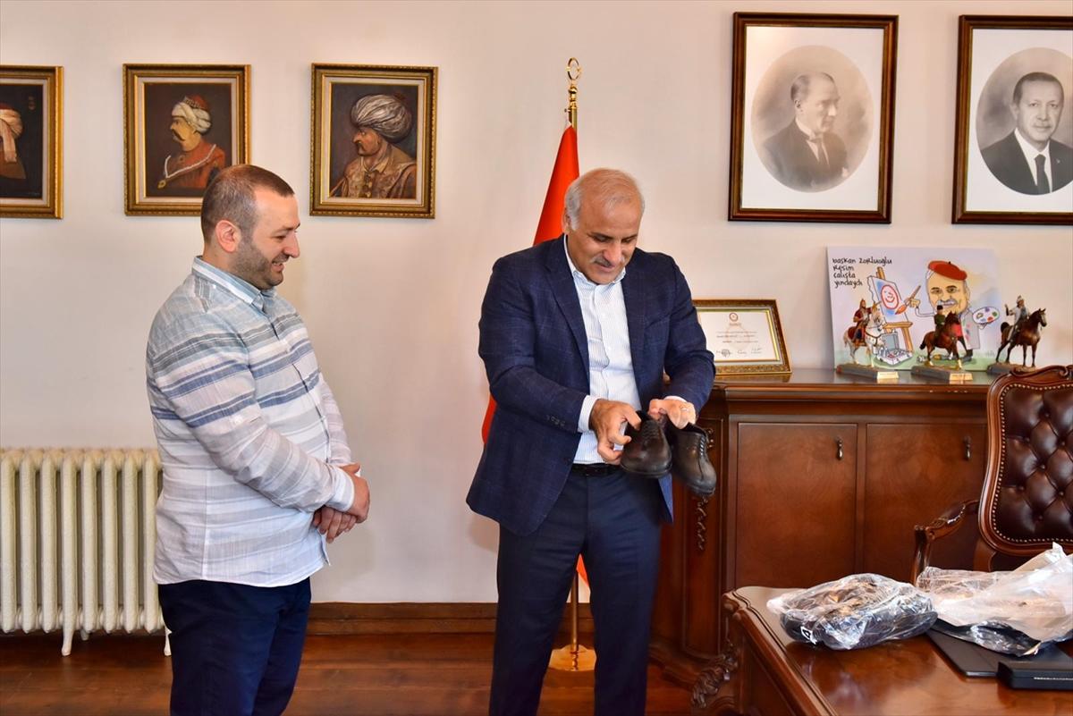 """Trabzon Büyükşehir Belediye Başkanı Zorluoğlu'na """"kara lastik"""" hediyesi"""