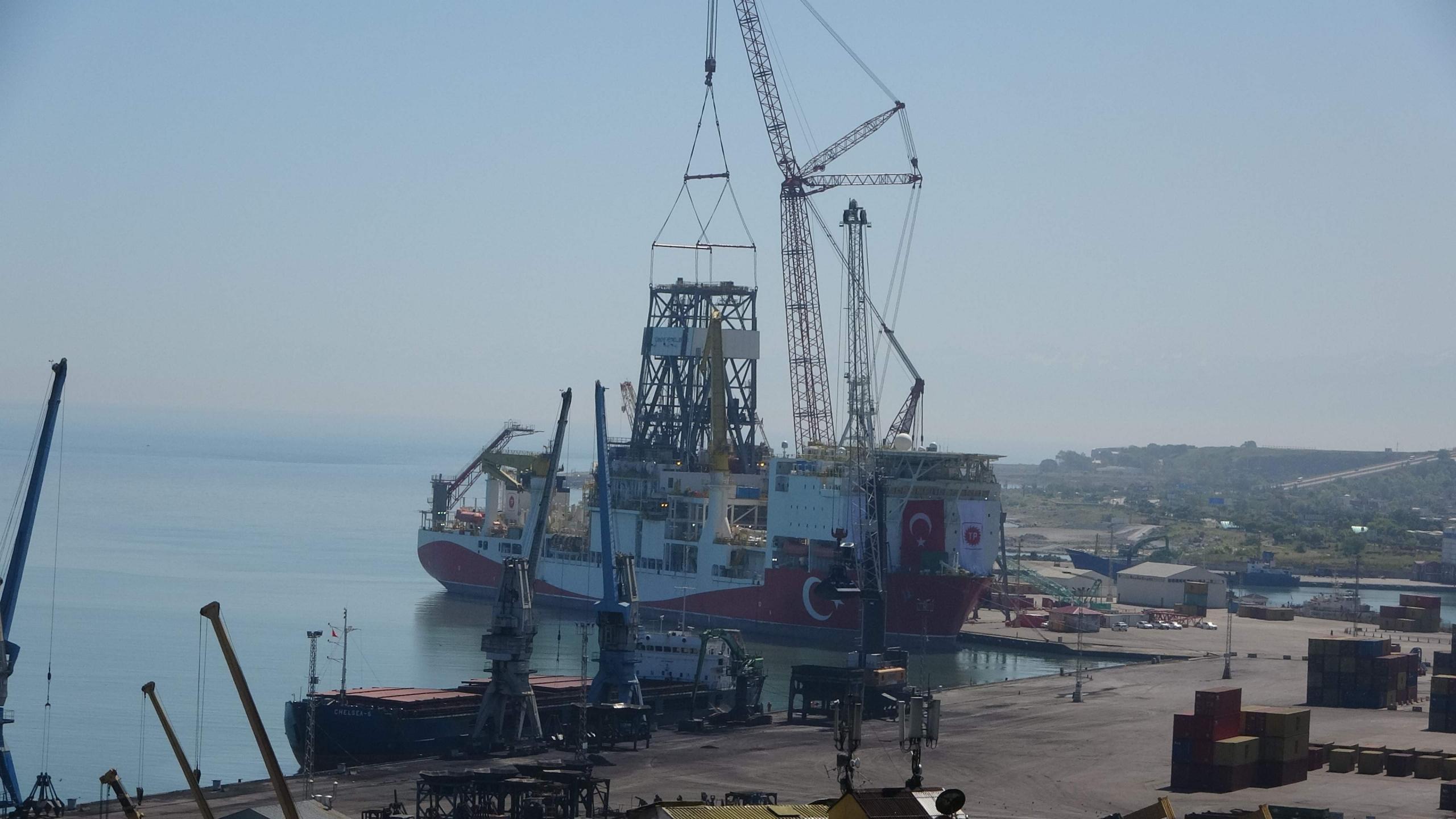 Boğazdan Karadeniz'e geçişi öncesi kuleleri sökülmüştü, Trabzon'da yerine monte ediliyor