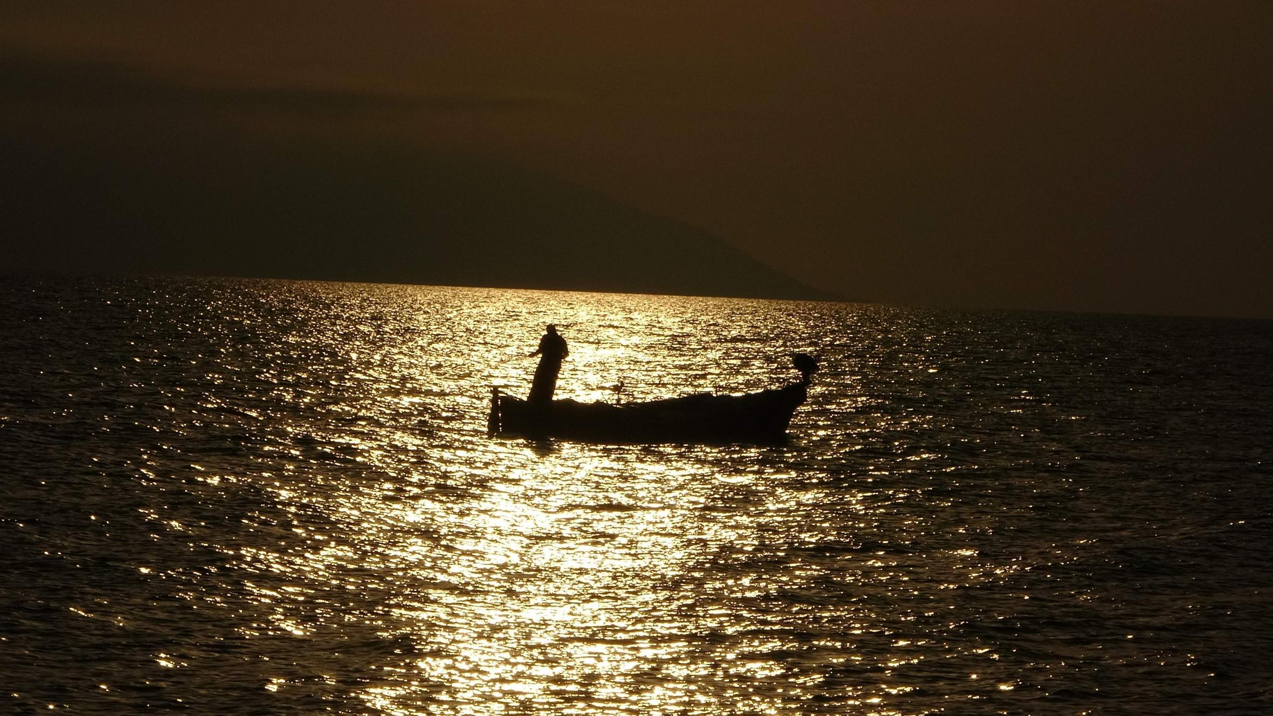 Gün batımında balıkçıların görüntüsü objektiflere böyle yansıdı