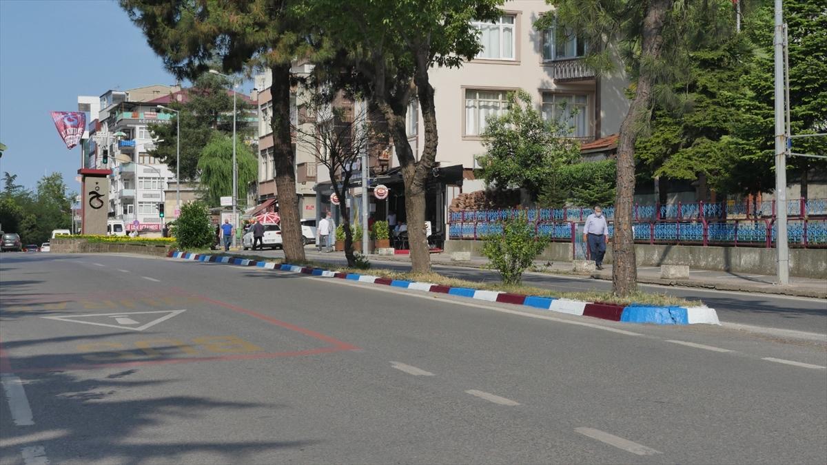 Trabzon'da bulvarlar bordo-maviye boyanıyor