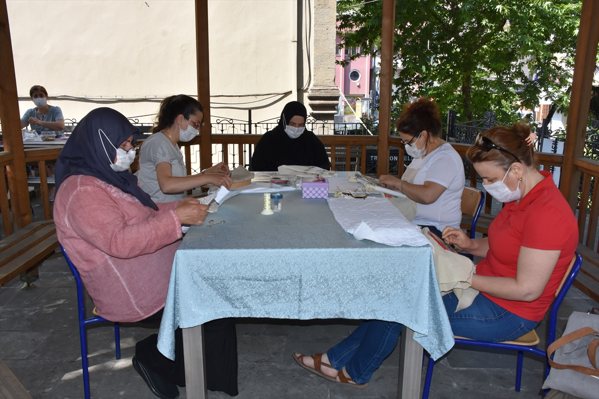 Trabzon Olgunlaşma Enstitüsü kursiyerleri el işlerini açık havada yapıyor