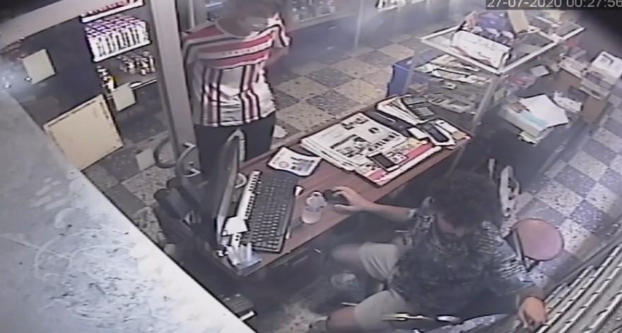 Sigara alma bahanesiyle girdi, çivili kalasla saldırdı