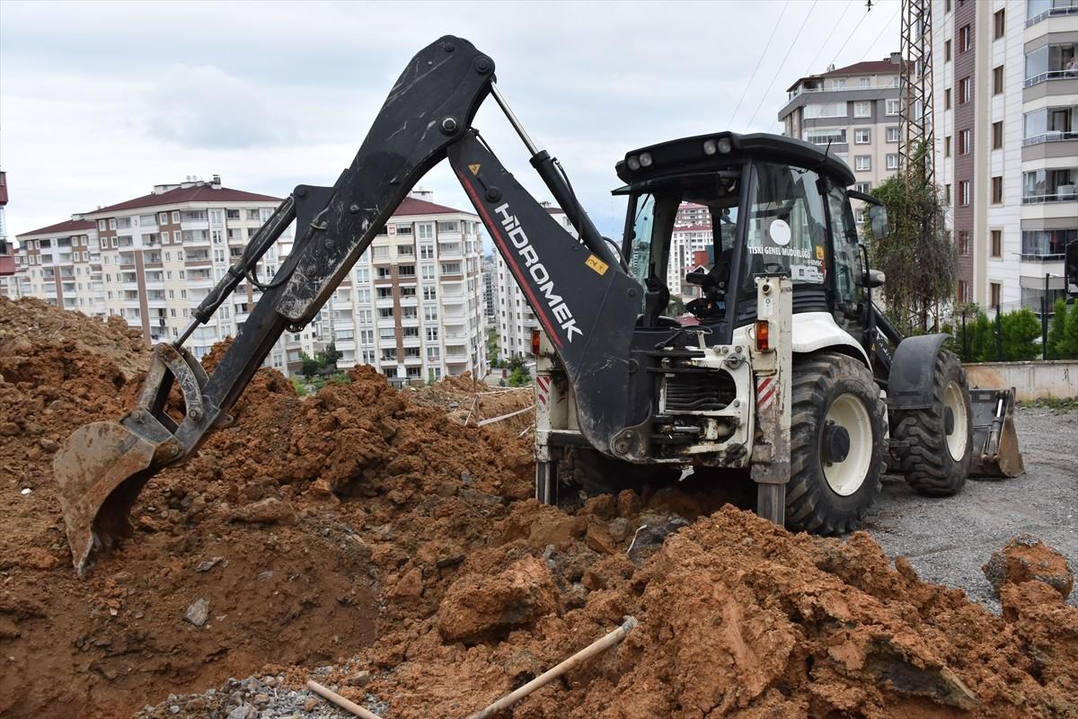Trabzon'da kanalizasyon çalışması sırasında toprak yığını altında kalan işçi kurtarıldı