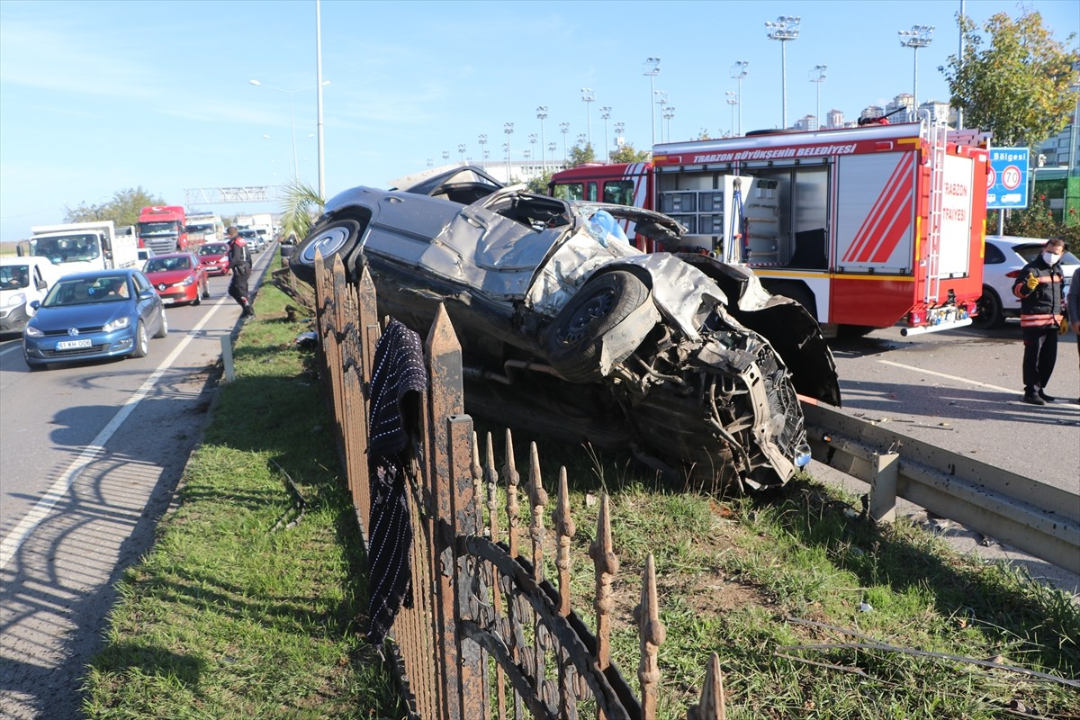 Trabzon'da otomobil bariyerlere çarptı: 1 ölü, 4 yaralı