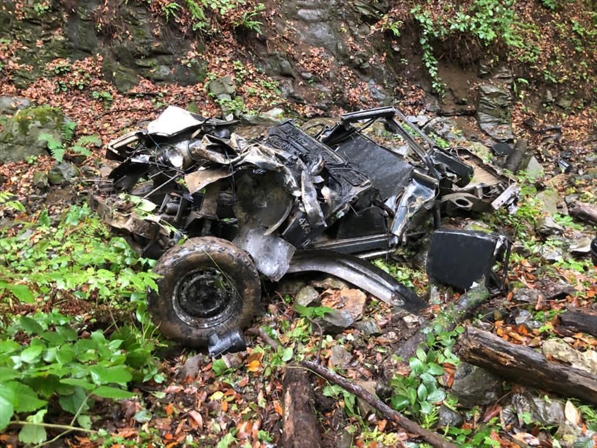 Trabzon'da, 400 metrelik uçuruma yuvarlanan kamyonetteki 2 kişi yaralandı