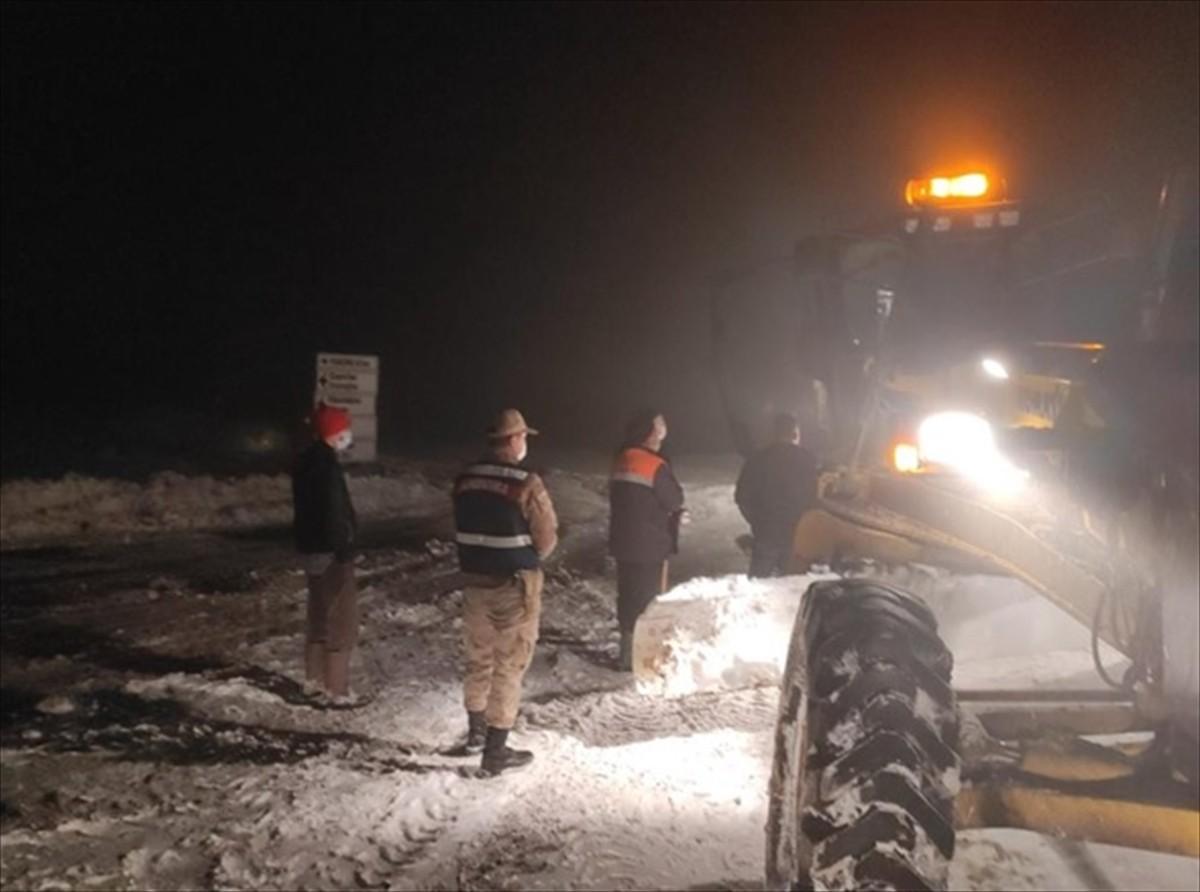 Trabzon'da kar yağışı dolayısıyla yaylada mahsur kalan vatandaşlar kurtarıldı