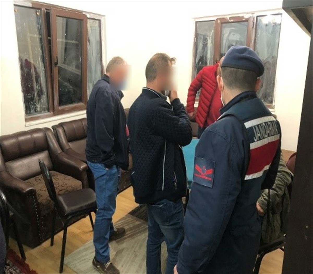 Trabzon'da evde toplanıp alkol alan 23 kişiye 72 bin 450 lira ceza kesildi