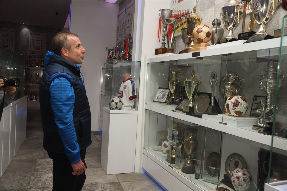 Trabzonspor teknik direktörü Avcı'dan Trabzonspor Şamil Ekinci Müzesine ziyaret