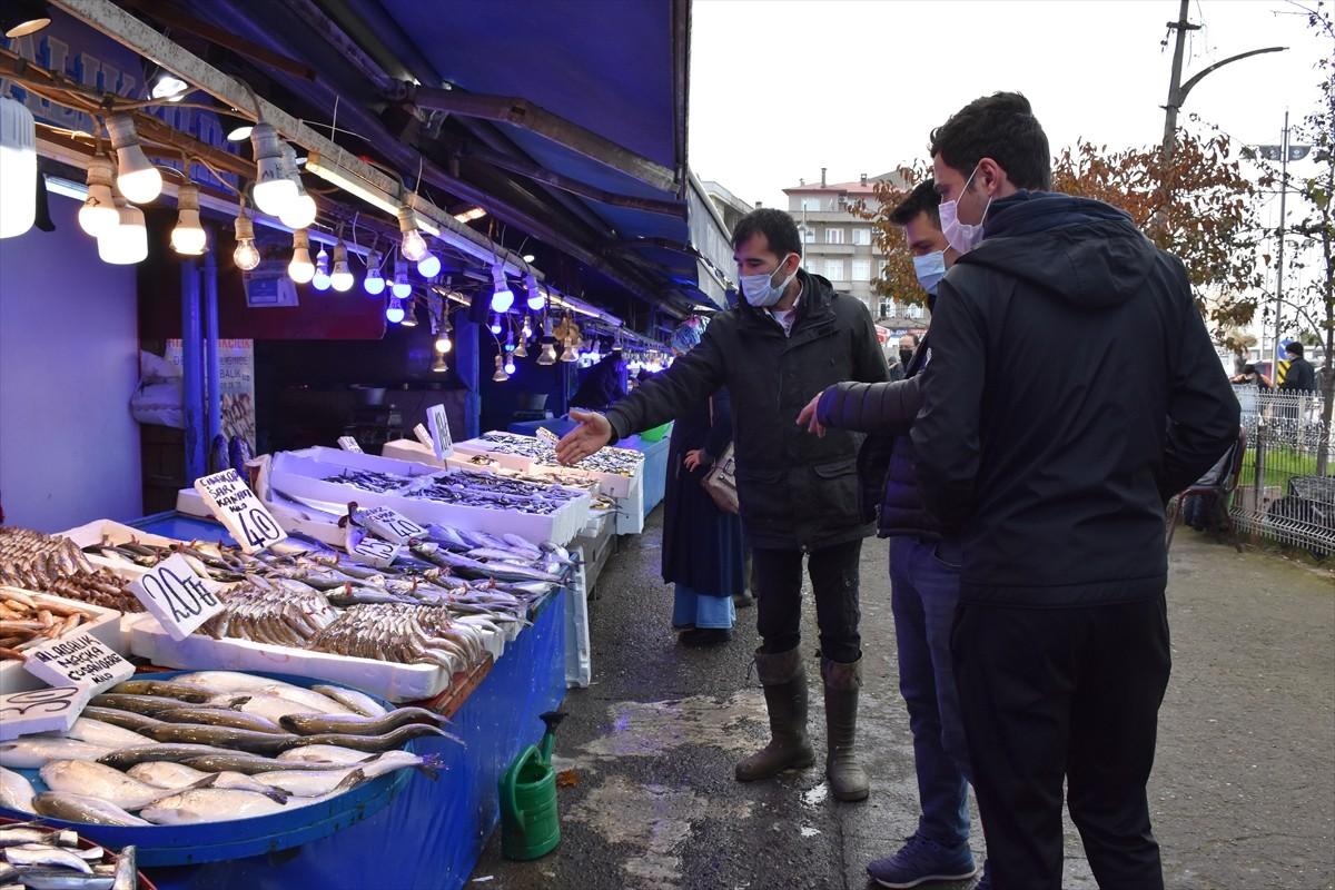 Sokağa çıkma kısıtlaması öncesi balık tezgahlarında yoğunluk yaşandı