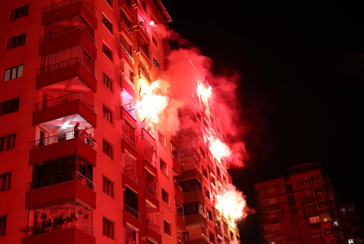 Trabzon'da bir sitenin sakinleri yeni yılı meşale yakıp İstiklal Marşı okuyarak karşıladı