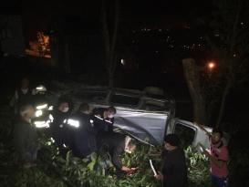 Trabzon'da şarampole yuvarlanan araçta sıkışan kişi kurtarıldı