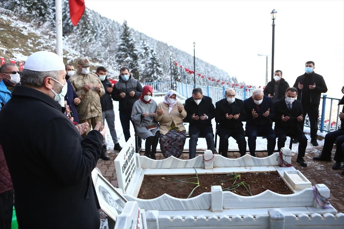 Gençlik ve Spor Bakanı Kasapoğlu, şehit Eren Bülbül'ün kabrini ziyaret etti