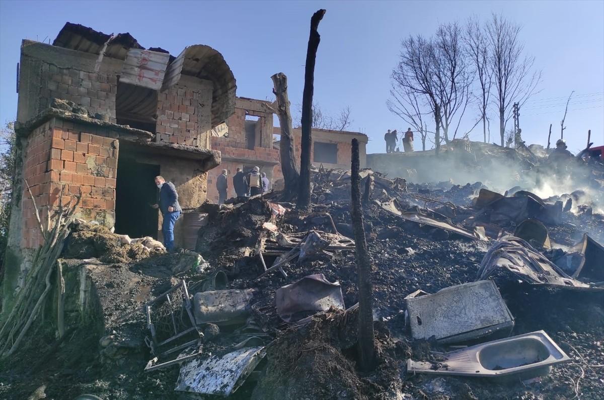 Trabzon'da iki katlı evde çıkan yangında 3 otomobil yandı, ahırdaki hayvanlar telef oldu
