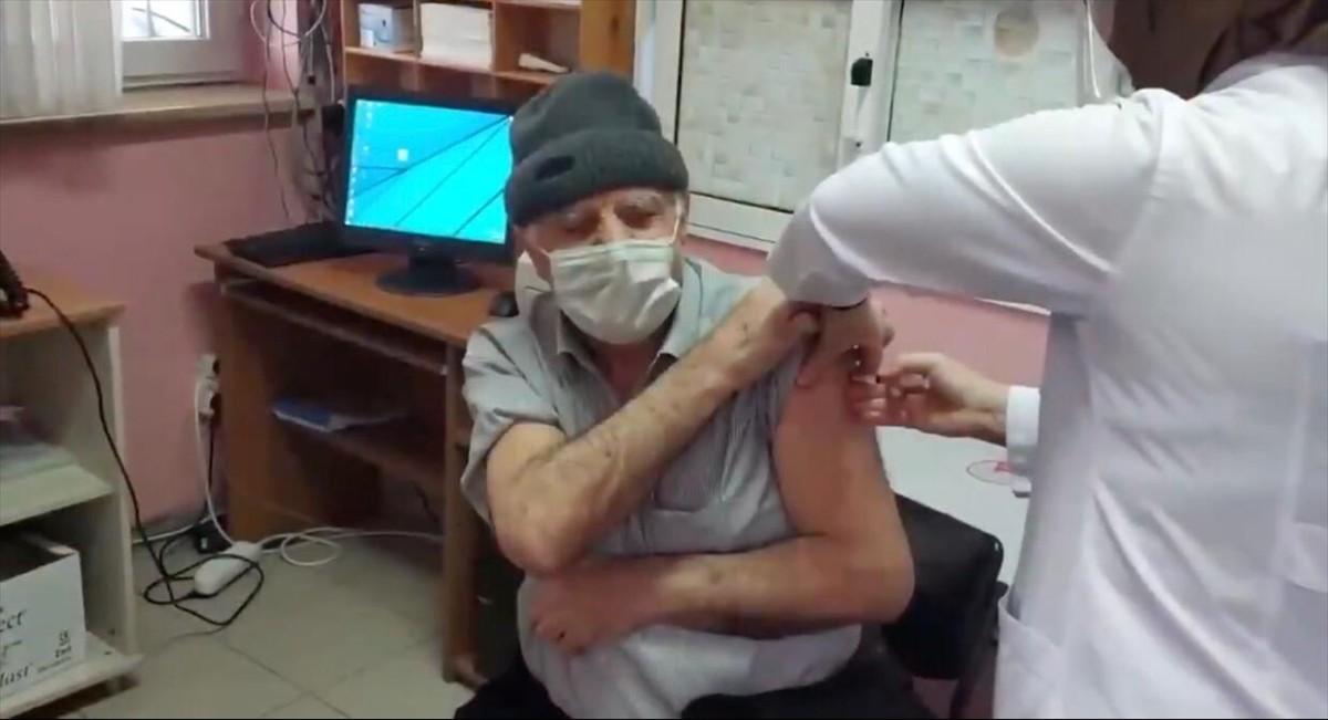 Trabzon'da aşı yaptırmak için sağlık ocağına gitmek isteyen vatandaşa polis yardım etti