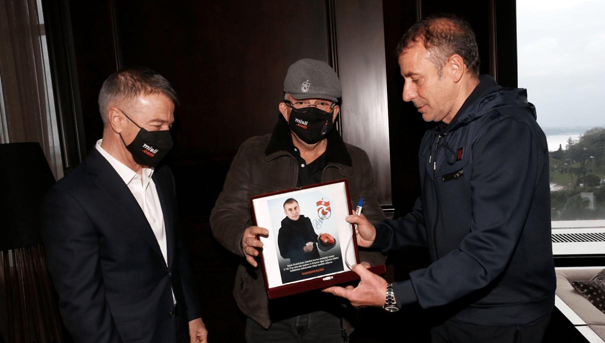 Trabzonspor'un 61 bin liradan satışa çıkardığı lisanslı kasket, iş insanı Seyfettin Selim'e teslim edildi