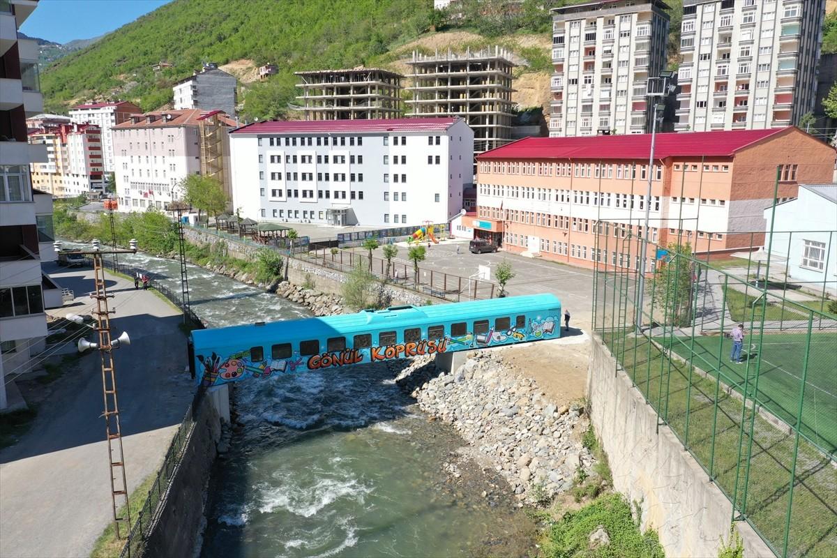 Eski tren vagonundan yapılan köprü Maçka Deresi üzerine yerleştirildi