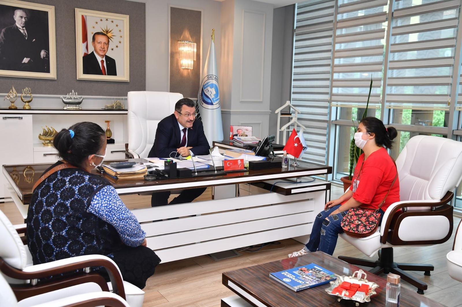 Ortahisar Belediye Başkanı Ahmet Metin Genç, engelli gence tablet hediye etti