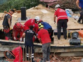 Trabzon'da inşaat halindeki binanın çatısı çöktü, 2 işçi enkaz altında kaldı