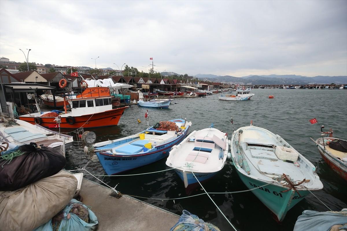 Trabzon'da etkili rüzgar nedeniyle balıkçı tekneleri denize açılamadı