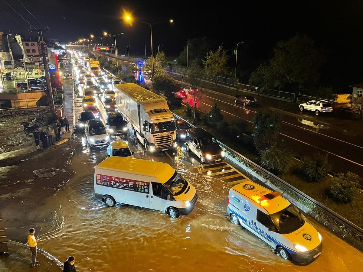 Trabzon'da sağanak ulaşımı olumsuz etkiledi