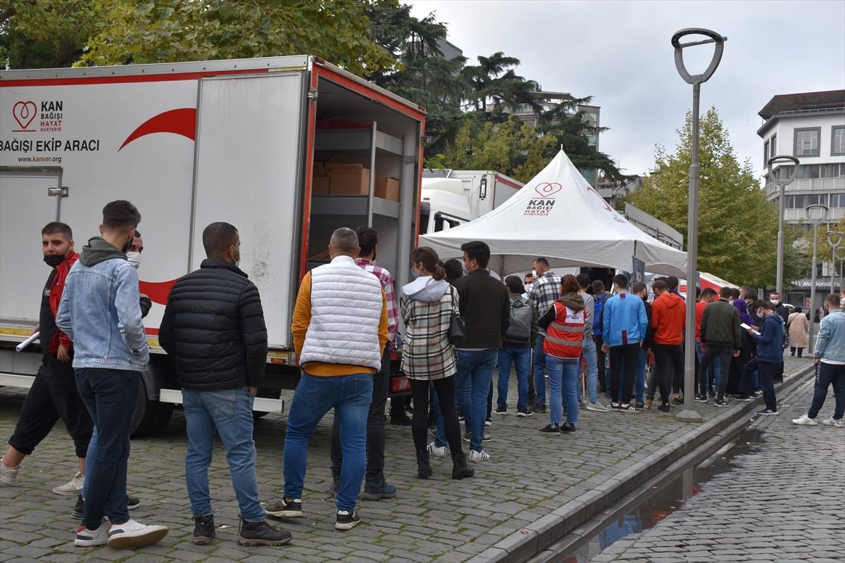Trabzonlular kan bağışlamak için tır önünde uzun kuyruklar oluşturdu